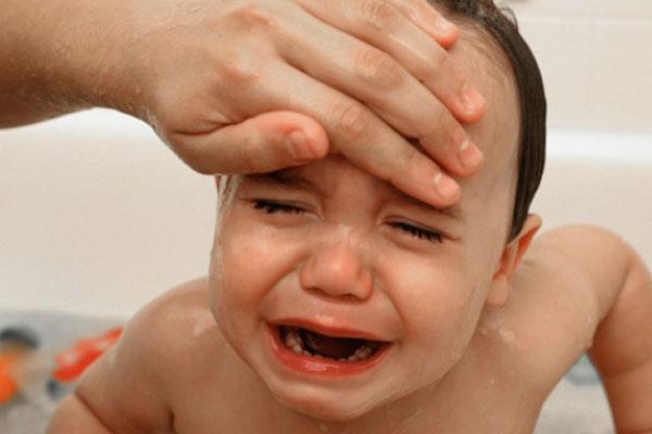 sai lầm phổ biến khi hạ sốt cho trẻ