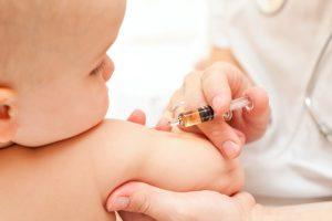 Chích vaccine cho trẻ