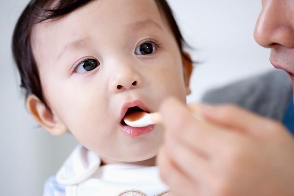 Khi bổ sung vitamin cho em bé bằng thuốc phải chú ý các vấn đề gì?