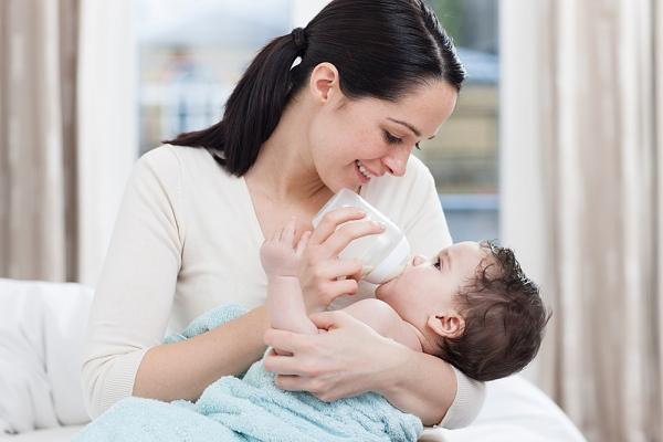 pha sữa công thức cho bé