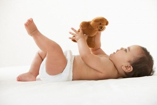 mốc phát triển của bé 0 đến 12 tháng tuổi