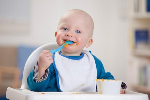 bé ăn dặm BLW