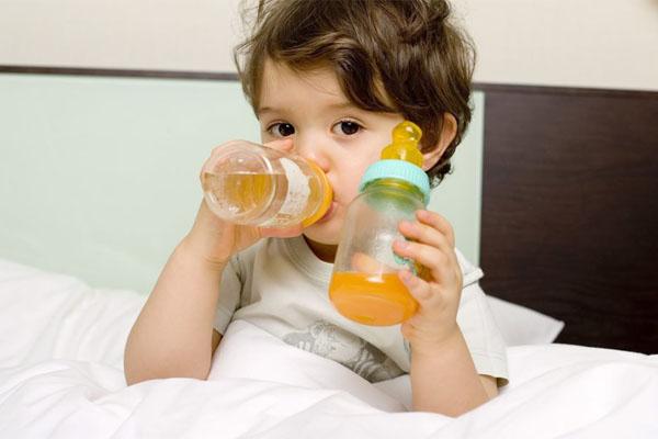 bé uống nước ép trái cây