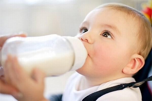 bé uống sữa cao năng lượng