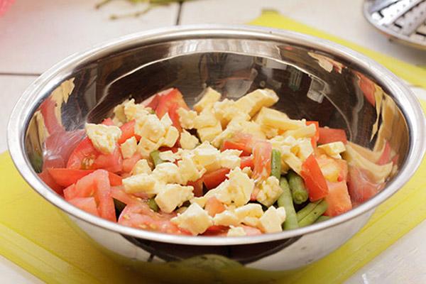 salad mì ý với đậu đũa và cà chua bi