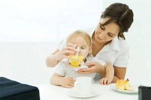 cho trẻ uống oresol