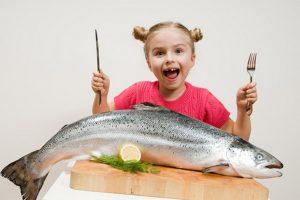 trẻ ăn cá ngừ bị dị ứng